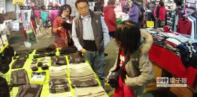後方婦人趁著店長在忙,手拿著束腹帶物色。(謝幸恩翻攝)