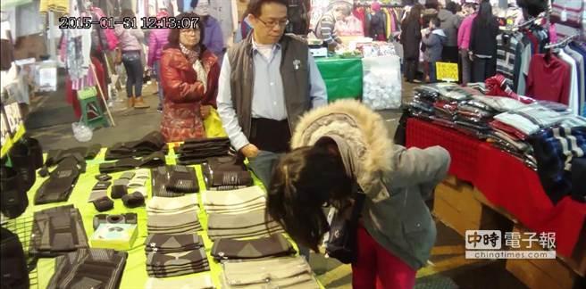 不到5秒的時間,婦人便將束腹袋塞進外套中。(謝幸恩翻攝)