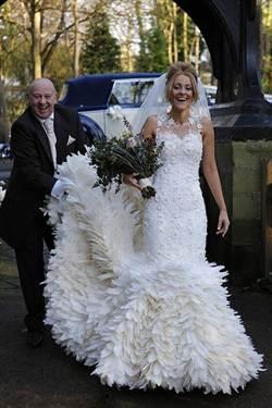 英國新娘手工縫製婚紗 使用2萬根鵝毛