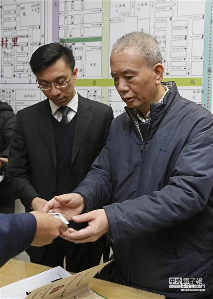 頂新前董事長魏應充日前在律師的陪同下,到帝寶轄區的台北市大安分局新生南路派出所報到。(張鎧乙攝)