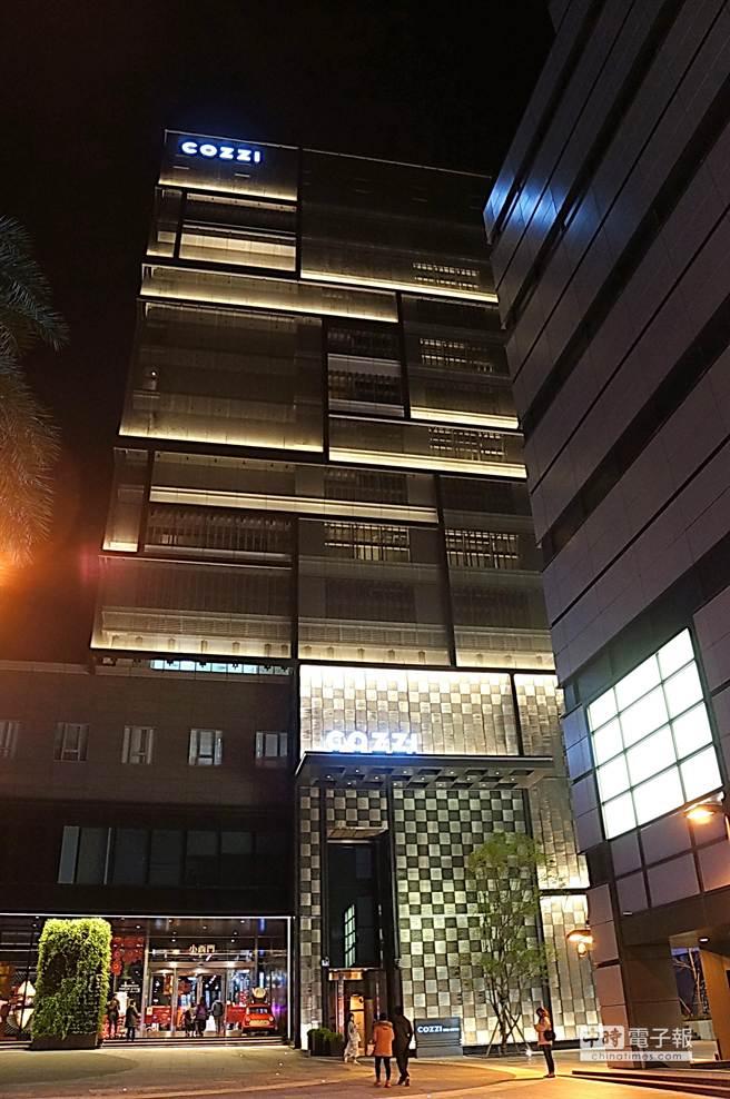 與新光三越百貨相連的〈HOTEL COZZI和逸.台南西門館〉的入口外觀,頗有幾分精品旗艦店的LOOK。(圖/姚舜攝)
