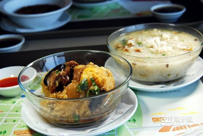 HOTEL COZZI和逸.台南西門館 提供台南在地小吃美食代購服務,圖前為〈富盛號碗粿〉、後為〈阿堂鹹粥〉。(圖/姚舜攝)
