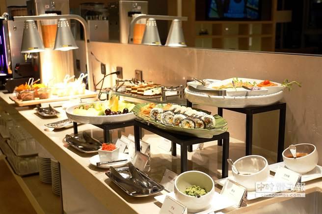 除了免費享用客房內迷你吧,下榻〈HOTEL COZZI和逸.台南西門館〉的客人下午並可在Lounge享受美食與飲料。(圖/姚舜攝)
