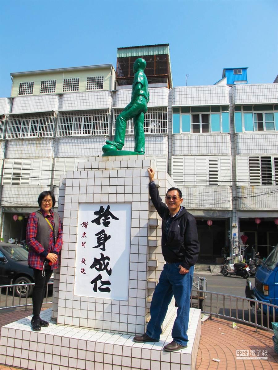 朱舜光(右)跨海來向老同學韋啟承(圖中銅像)拜年。(許智鈞攝)