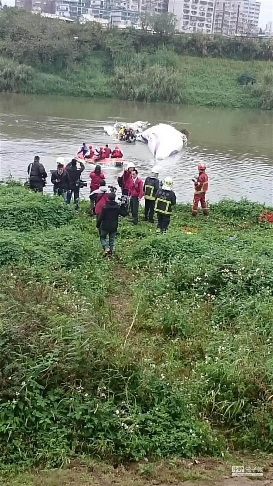 復興客機今天上午墜落在北市南湖大橋旁水面上。(林金池翻攝)
