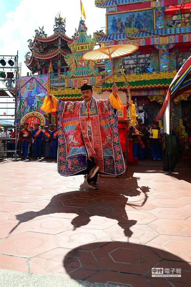 紅毛港道長林文魁應檀香行老闆邀請,將於12日免費為民眾進行道教儀式消災解厄。(柯泰羽提供)