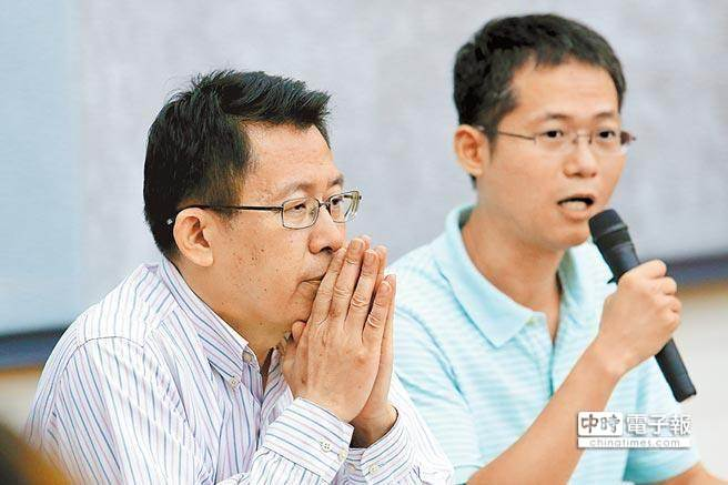 前教育部長蔣偉寧(左)去年與高雄海洋科技大學教授陳震武(右)出面澄清論文事件。(黃世麒攝)