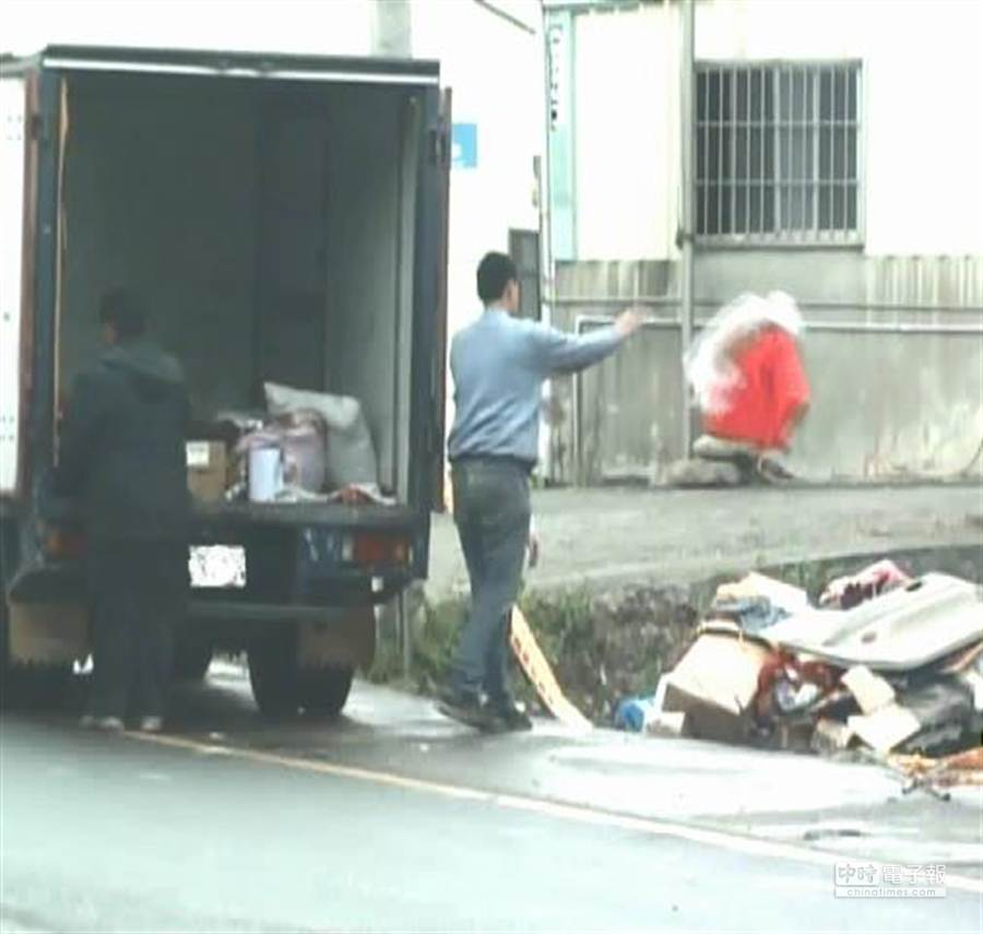 新竹市環保局在免費大型家具清運期間,派出環保狗仔稽查,查獲惡意人士竟在白天開貨車亂倒垃圾。(徐養齡翻攝)