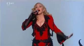 瑪丹娜寶刀未老 葛萊美獎倒掛高空爆乳獻唱