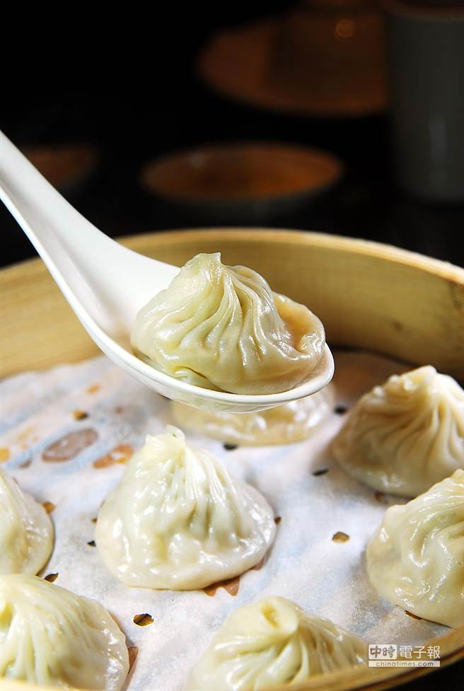 〈杭州小籠湯包〉的湯包味道不錯、價格實惠,故被稱為「窮人版鼎泰豐」。(圖/姚舜攝)