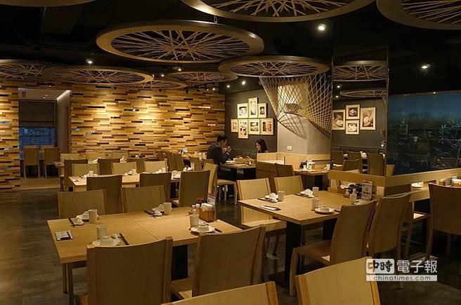 幫帝寶設計的日本丹下都市建築設計事務所的設計師,以竹蒸籠為主題為〈杭州小籠湯包〉民生東路店裝潢基調。(姚舜攝)