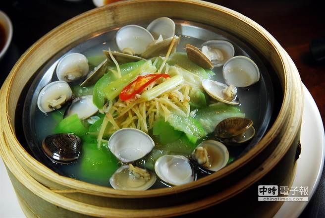 湯汁非常清甜的〈蒸蛤蠣絲瓜〉,是〈杭州小籠湯包〉的人氣招牌菜式。(圖/姚舜攝)