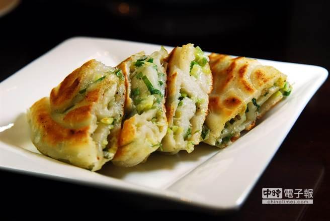 在〈杭州小籠湯包店〉民生東路店,一份內有滿滿青蔥的〈蔥油餅〉訂價70元。(圖/姚舜攝)