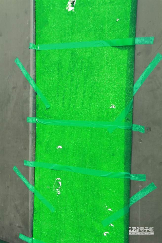 嘉義縣立棒球場全壘打牆年久失修,仲介公司用綠色保麗龍和膠帶稍加補強,看起來確實很「落漆」。(呂妍庭攝)