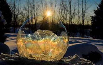 攝影師拍冰晶肥皂泡 如神秘水晶球