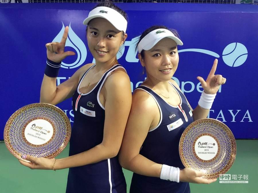 杜拜女網雙打,詹家姐妹首輪敗。圖為本月15日,詹詠然(右)與詹皓晴(左)姐妹花在芭達雅女網賽贏得女雙冠軍。(報系資料照片,劉雪貞提供)