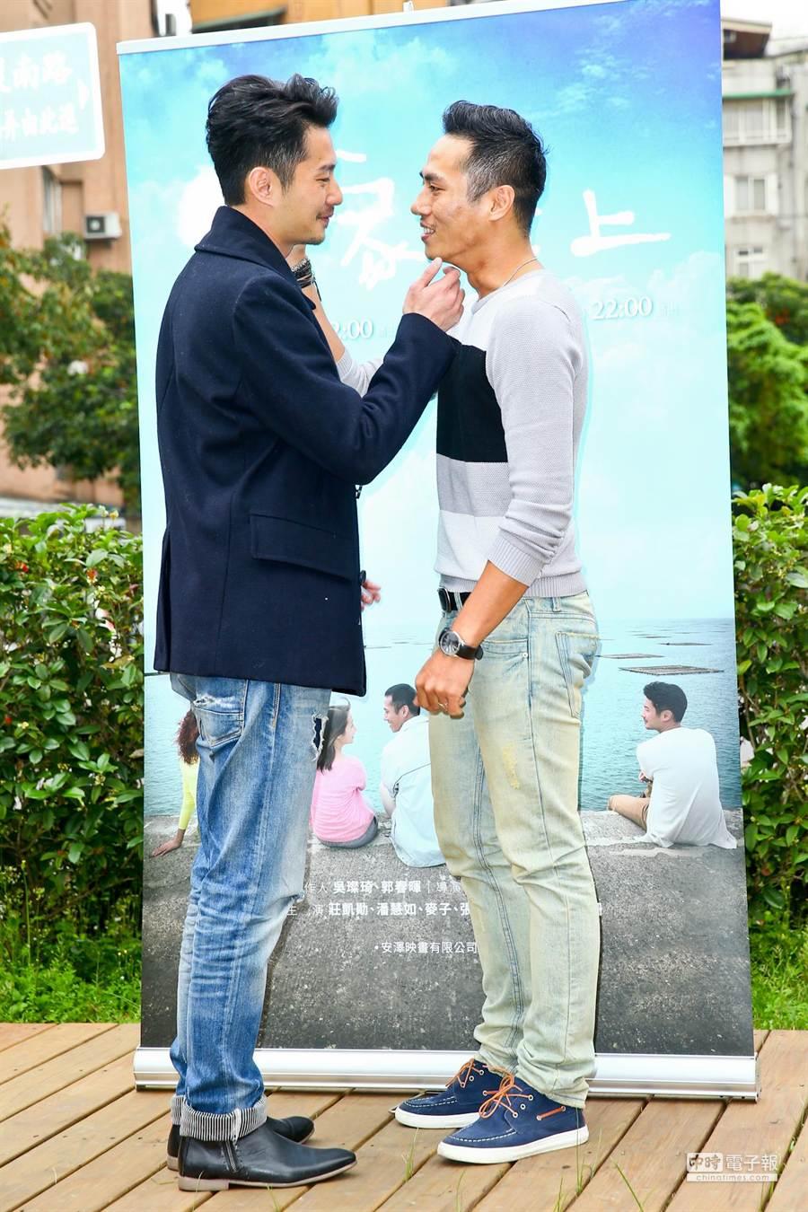 莊凱勛(右)、周詠軒在劇中有同志戲碼。(林弘斌攝)