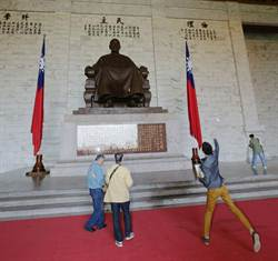 中正紀念堂蔣公像 遭台灣國成員蛋襲