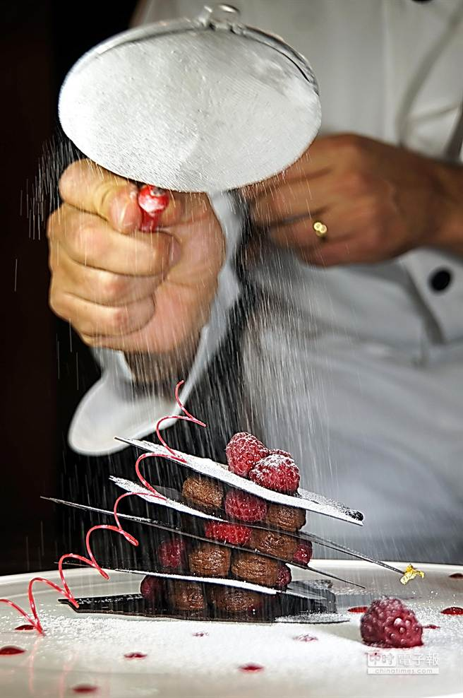 即日起法國米其林一星名廚馬修薩維耶(Xavier Mathieu)製作的甜點,將出現在台北西華飯店B-ONE自助餐廳餐檯上。(圖/姚舜攝)