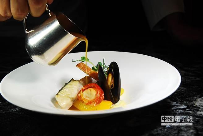 米其林星廚烹調的〈馬賽什錦海鮮魚湯〉,湯質鮮甜、配料豐富。(圖/姚舜攝)