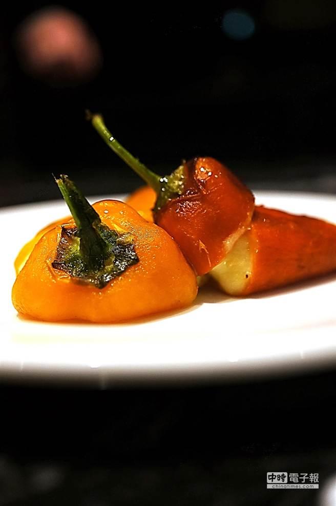 馬修薩維耶烹調的這這道〈鹽漬鱈魚餃襯紅甜椒〉,靈感源於小時候阿嬤的菜。(圖/姚舜攝)