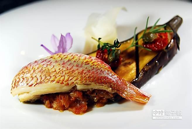 〈酸甜汁海魚〉是用百里香、蒜、洋蔥及酸甜蕃茄所燴炒的蕃茄泥為底,襯上炭烤後的厚實茄子成菜。(圖/姚舜攝)