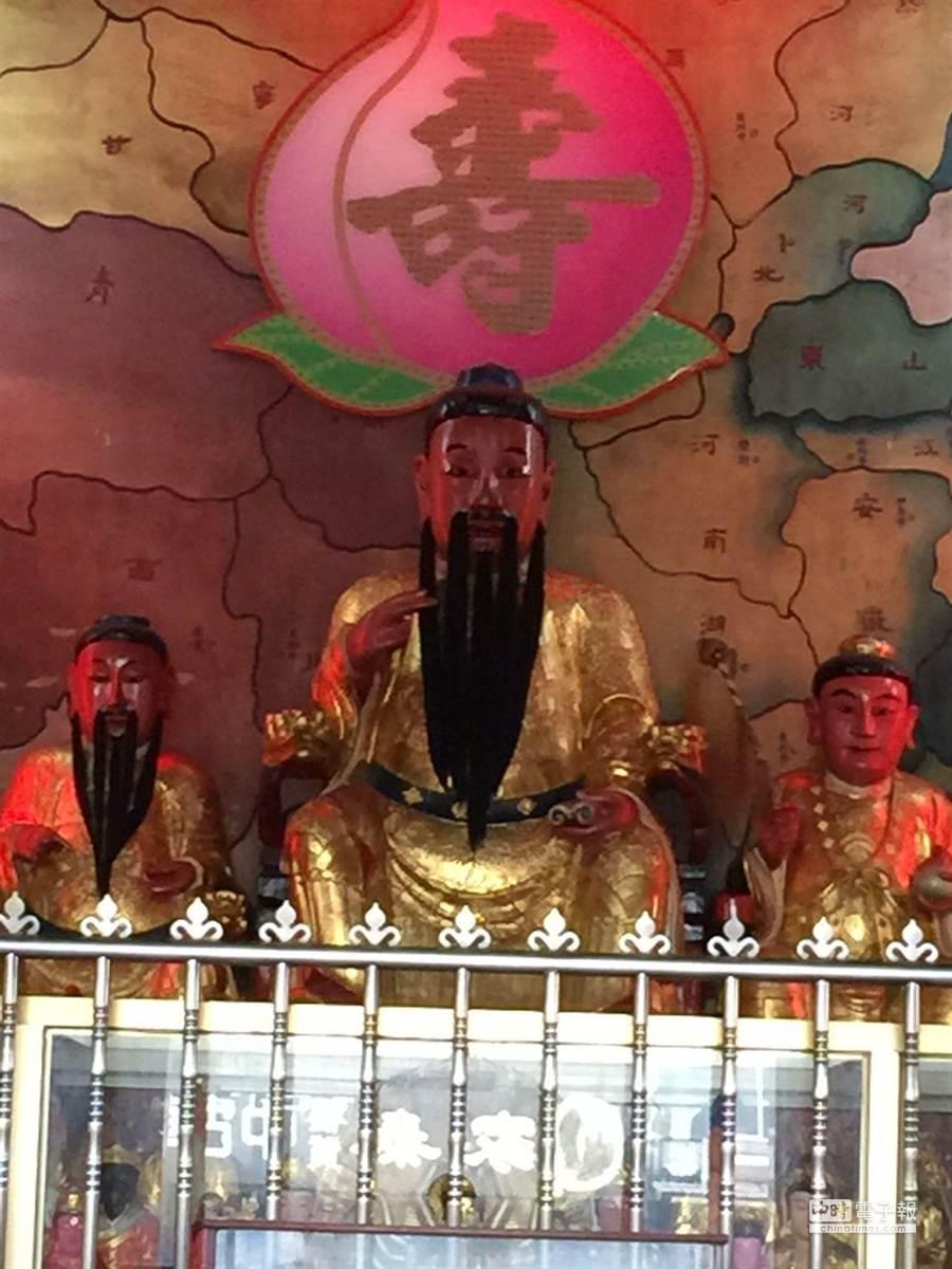 嘉義市朱子公廟全台唯一,主神朱子公(中間)亦即朱熹,一生致力傳遞中華文化,影響深遠,無遠弗屆。(黃進恭攝)