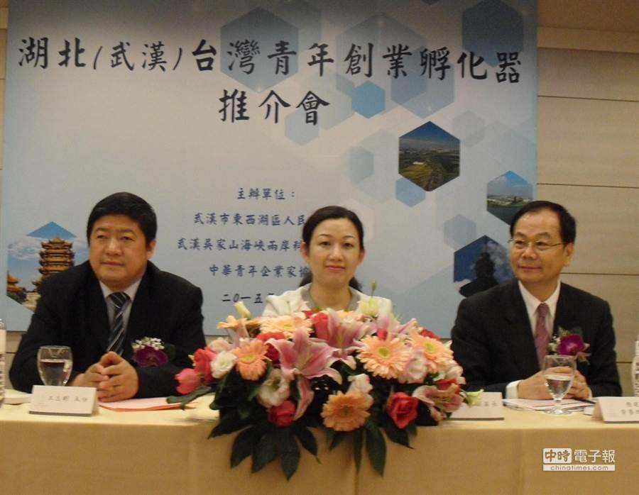 武漢市東西湖區副區長何建文(中)邀請台灣青年到武漢創業。(張啟芳攝)