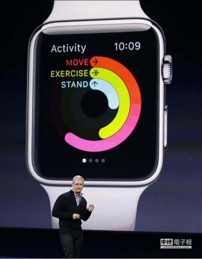 蘋果CEO庫克在發表會上介紹Apple Watch。(美聯社)