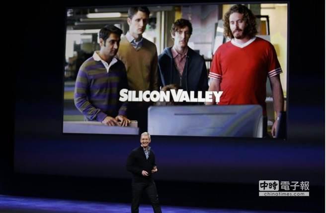 蘋果CEO宣布,Apple TV將與HBO合作,其背景為HBO製作的「矽谷群瞎傳」(Silicon Valley)一幕。(美聯社)