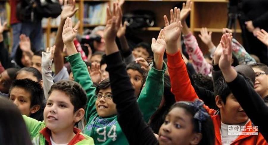 美國俄亥俄州立大學在一項最新的研究中發現,孩子如果獲得的表揚過多,長大成人後會比較自戀。(美聯社)