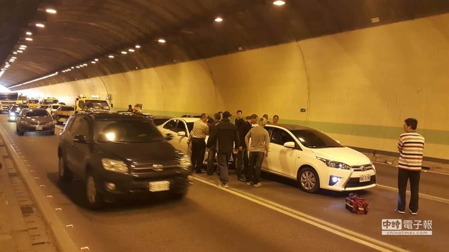 北二高北上中和隧道內於今(14)日上午11時許驚傳車禍,9台車追撞在中和隧道內。(葉書宏翻攝)