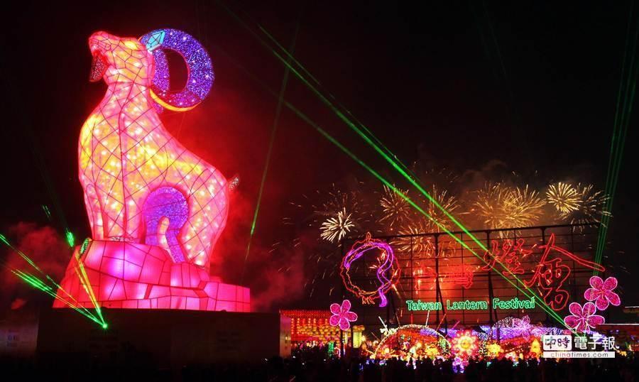 閉幕儀式中主燈在絢麗的煙火及雷射秀中畫下美麗句點。(范揚光攝)