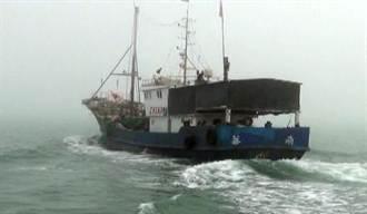 陸船趁霧越界作業 民船熱心協助攔檢