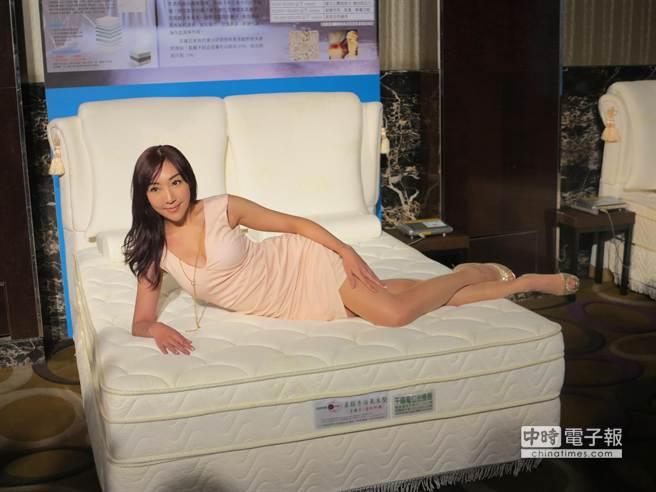 貝舒得康活氧負離子養生釋壓床上市,邀請美麗藝人為其站台。(馮景青攝)