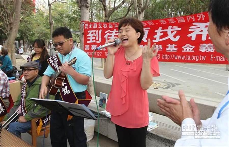 周大觀獎章得主的家人也上場獻唱。 (黃國峰攝)