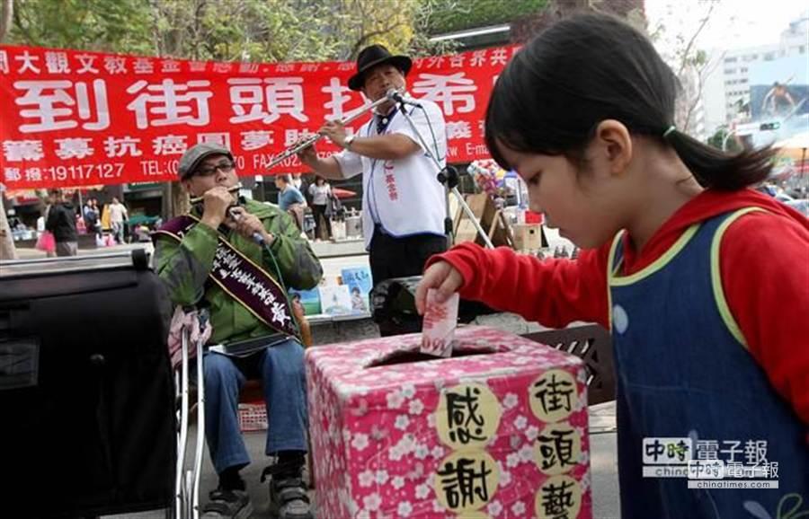 演出中民眾紛紛投入賞錢,為助學基金添助希望。 (黃國峰攝)