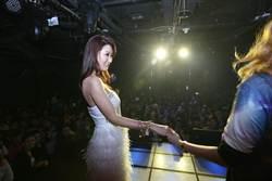 陳珮騏入戲深 派對激吻兩女