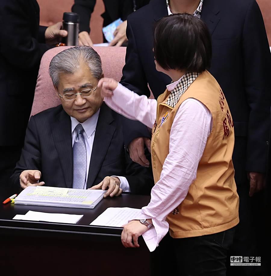立委周倪安(右)一度跑到行政院長毛治國(左)身旁大罵「賣台」,毛治國低頭不予理會。(姚志平攝)