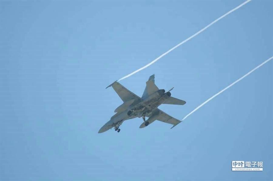 F18尾管護罩脫落。(網友提供)
