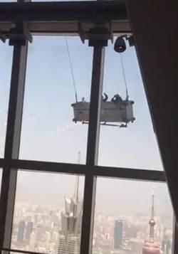 上海91層樓吊籃盪鞦韆 撞破玻璃牆