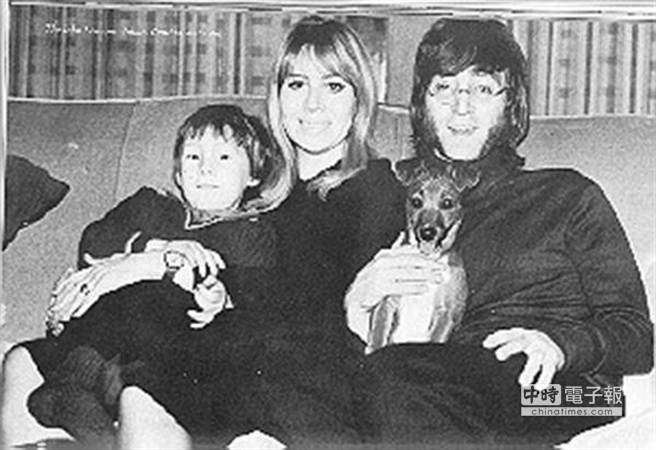 約翰藍儂與他第一任妻子辛西亞及兒子朱利安。(取材自澎湃新聞網)