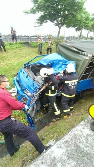 小貨車失控衝出車道 除草工被撞命危
