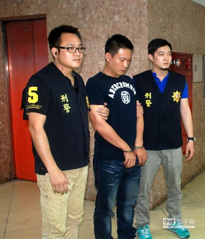 發生於上月30日的高雄市大仁禮儀公司遭槍擊案,三民二分局逮捕涉嫌開槍的蕭勝夫(中)。(呂素麗翻攝)