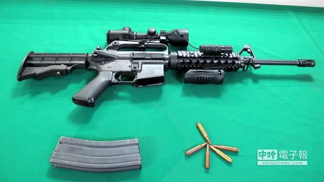 高雄市大仁禮儀公司槍擊案,三民二分局10日宣佈破案,槍手使用罕見的美製柯特M16全自動突擊步槍。(呂素麗攝)