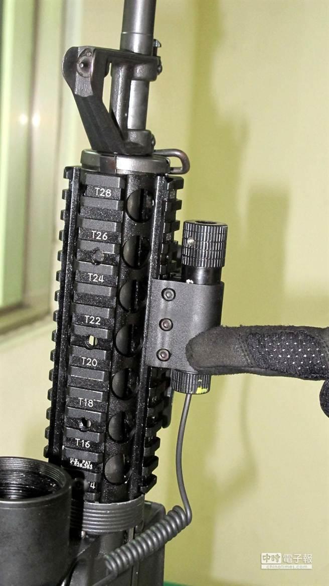 美製柯特M16全自動突擊步槍,有戰術滑軌,可搭配各種裝備。(呂素麗攝)