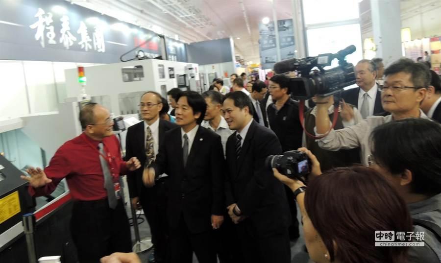 臺南自動化機械展與會貴賓們,聆聽參展廠商介紹最新設備。(圖文/陳惠珍)