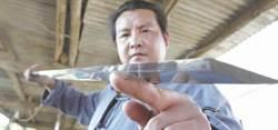 棄國企工作改行鑄劍 一把劍可賣100萬台幣