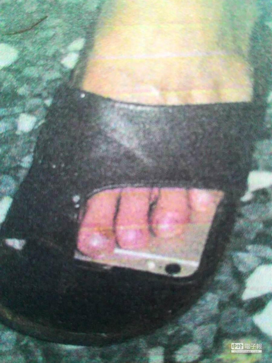 吳青峰將輕薄的IPHONE6手機踩在拖鞋內,偷拍超市穿裙女子。(王瑄琪翻攝)