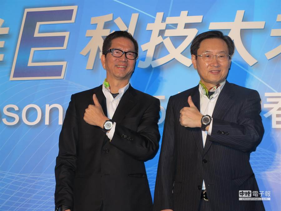精工愛普生集團社長碓井 稔(右)與台灣愛普生董事總經理李隆安都認為精點微噴技術將 帶動新一波印刷革命。(馮景青攝)